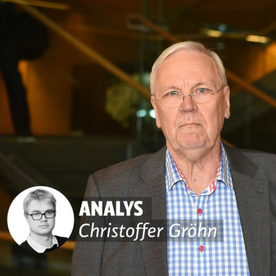 En bild på en äldre man med allvarlig min. På bilden finns ett litet fotografi av en yngre man med texten analys Christoffer Gröhn.