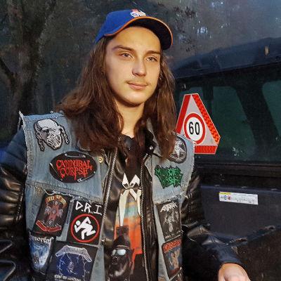 Aatos Virtanen lähdössä traktorimönkijällä kouluun
