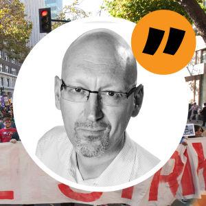 En demonstration, i förgrunden en bild av Pekka Palmgren.