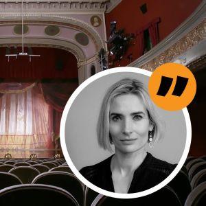 En tom teatersalong från bakersta raden. Inflikt på bilden ett porträtt av en kvinna.