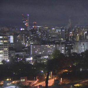Vy över staden Yamagata i Japan när det är mörkt. Bilden är tagen när  ett jordskalv pågår den 18 juni