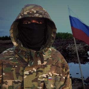 Kuvassa on kasvonsa peittänyt aktivisti. Taustalla on suomaisema, jossa liehuu Venäjän lippu.