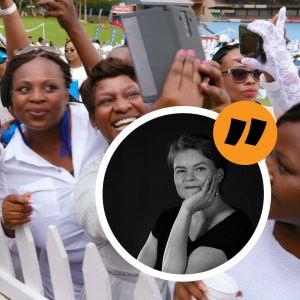 En vitklädd Bonang Matheba poserar inför vitklädda fans.