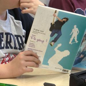 elev med bok i skolklass