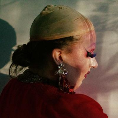 Queen of Lapland -dokumentin päähenkilö Matti Kukkosen drag-hahmo meikattuna, ilman peruukkia, sivuprofiili