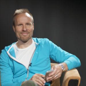 Mikko Kekäläinen opastaa, miten asennetaan WhatsApp-sovellus ja lähetetään ensimmäinen viesti. Kuvan laidassa kuvakaappaus WhatsAppista.