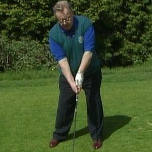 Martti Ahtisaari pelaa golfia Kesärenki-ohjelmassa.