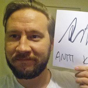 Antti Kuhmonen osallistuu Seinäjoen Tangomarkkinoiden laulukilpailuun.