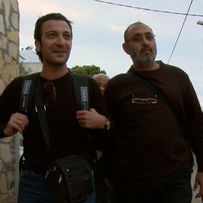 Syriska flyktingar i Leros, Grekland i oktober 2014. Rahman Amin till vänster.