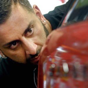 Yianni Charalambous tarkistaa auton teipattua pintaa.