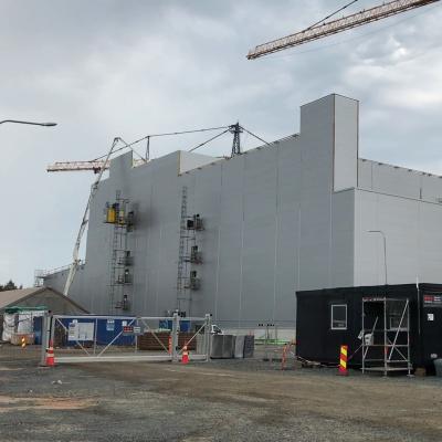 BASF:n rakennustyömaalla iso harmaa teollisuushalli