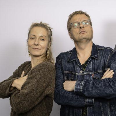 Mariska, Iiro Rantala ja Pekka Laine kädet puuskassa puolilähikuvassa