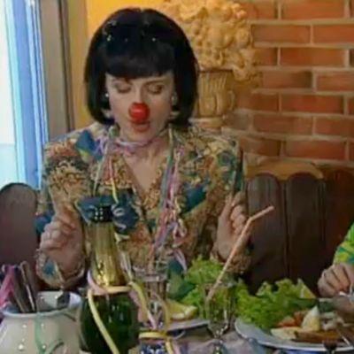 Huumorisarjan Leila ja Annukka vappulounaalla vappunenät kasvoillaan