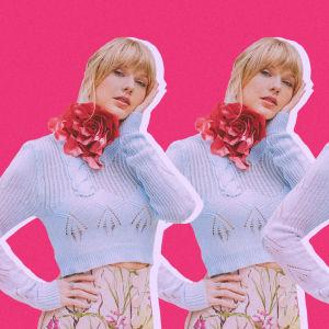 Taylor Swift kolmena kappaleena vaalenasinisessä paidassa.
