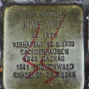 SS-klotter på minnessten för förintelseoffer