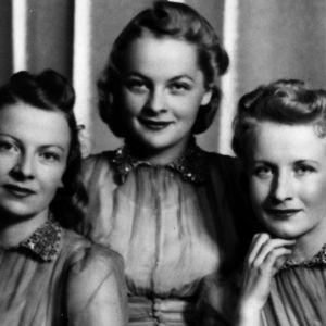 Lauluyhtye Harmony Sisters ja Wäinö Sola yhdistettynä samaan kuvaan