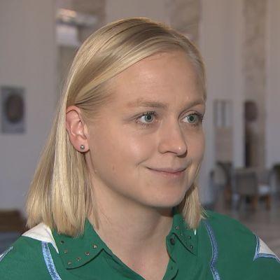 Elina Lepomäki intervjuas i riksdagen.
