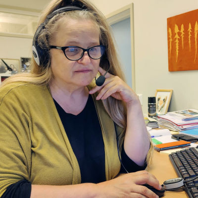 Apulaisrehtori Anu Uimaniemi istuu tietokoneella.