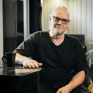Christer Rönnholm i studio i dokumentären om bandet Wild Force.