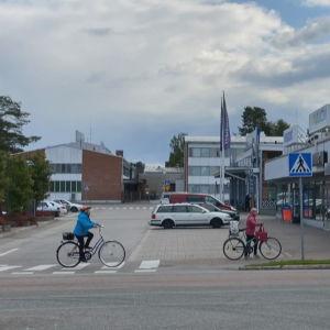 Pyöräilijöitä Kuhmon keskustassa