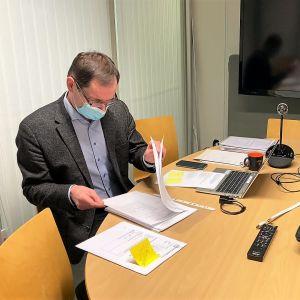 Riihimäen keskusvaalilautakunnan sihteeri Mikko Heiskanen tarkistaa Riihimäen sos dem puolueen Ilpo Ropposen tuomia ehdokaslistoja