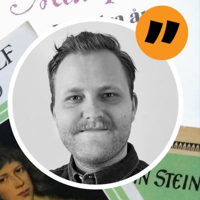 Kommentarsstämpel med Jonas Forsbackas ansikte ovanpå böcker.