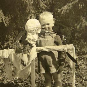Poika halaa variksenpelätintä.