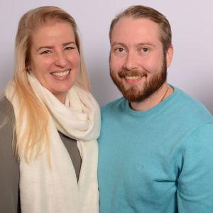 Tiina ja Samuel Svahnström ja Kaisa Koivuniemi hymyilevät.