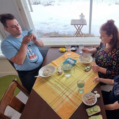Sami Sivonen, Laura Kiretti ja Hugo Sivonen somettaa Luumäellä