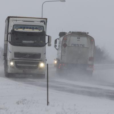 Kuorma-autoja lumipyryssä