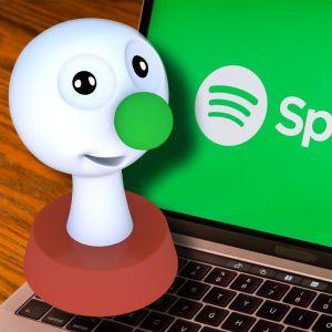 BUU-stämpen lyssnar på Spotify via en dator