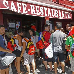 Turistit jonottavat espanjalaisen kahvila-ravintolan edustalla.