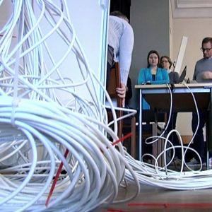 Kilometervis med kablar inför de elektroniska studentskrivningarna i Borgå Gymnasium.
