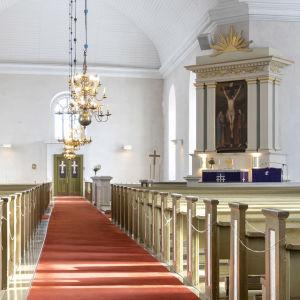 Alatornion kirkko korona-aikana, käsidesiä ja henkilömäärärajoituksista kertova kyltti kirkon käytävällä