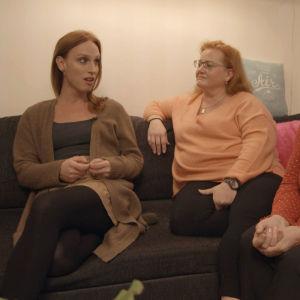Clarissa keskustelee perheensä kanssa ennen sairaalaan lähtöä.