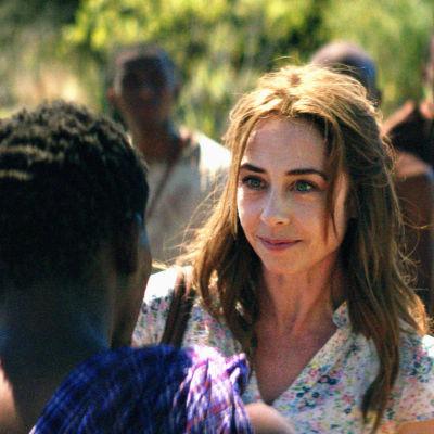 Kirsten ler bland lokalbefolkningen i dramaserien Liberty.