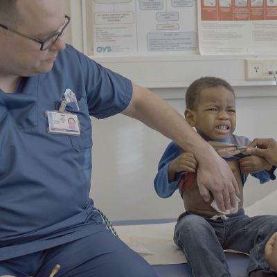 Sairaanhoitaja Kristian Juusola työskentelee lasten syöpäosastolla Oysissa.