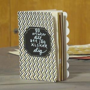 Handgjord liten bok ståendes på bord.
