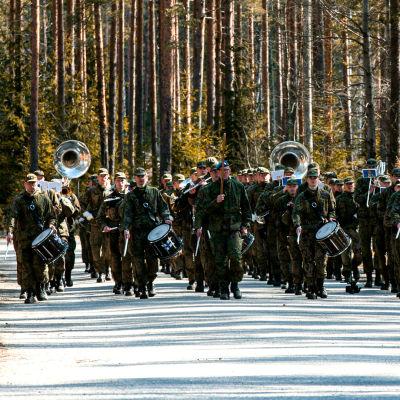 Puolustusvoimien varusmiessoittokunta harjoittelee soittomarssia leirialueellaan.