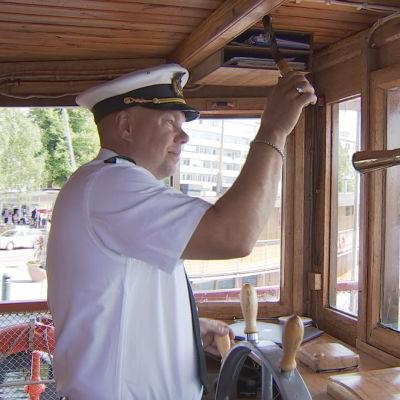 s/s Punkaharjun kapteeni Janne Leinonen lähdössä Savonlinnan satamasta