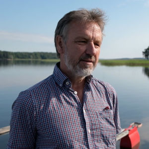 En man i rutig skjorta som står vid Pojoviken i Ekenäs.