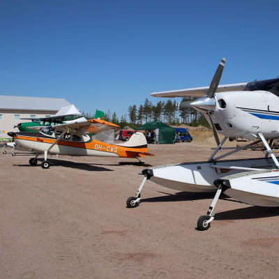 Tre små propellerplan.