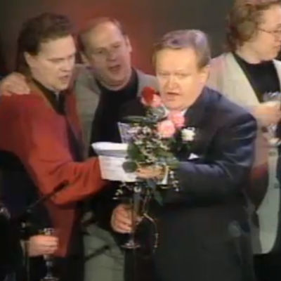 Presidentiksi valittu Martti Ahtisaari laulaa Helsingin työväentalolla, lavalla mm. Pepe Willberg, Jyrki Kovaleff, Eeva ja Marko Ahtisaari.