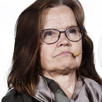 En bild på Päivi Nerg med Svenska Yles politiska reporter Anders Karlssons citatstämpel ovanpå.