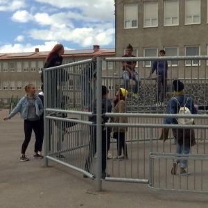 Ungdomar på Hangö Centralskolas gård.