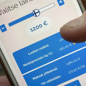Mobilskärm där det finns uppgifter om lånekostnader och lånebelopp.