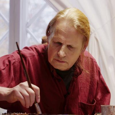 Screenshot från dokumentären Kaj Stenvall målar en tavla