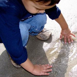 Lapsi leikkii vedellä