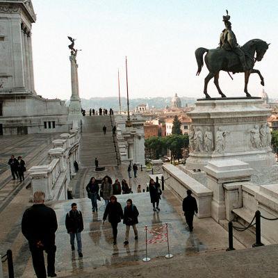 Kansallismonumentti: Vittorio Emanuele II:n patsas Roomassa