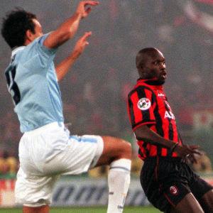 Tilanne jalkapallo-ottelusta Juventus - AC Milan: kolme pelaajaa ilmassa olevan pallon ääressä.